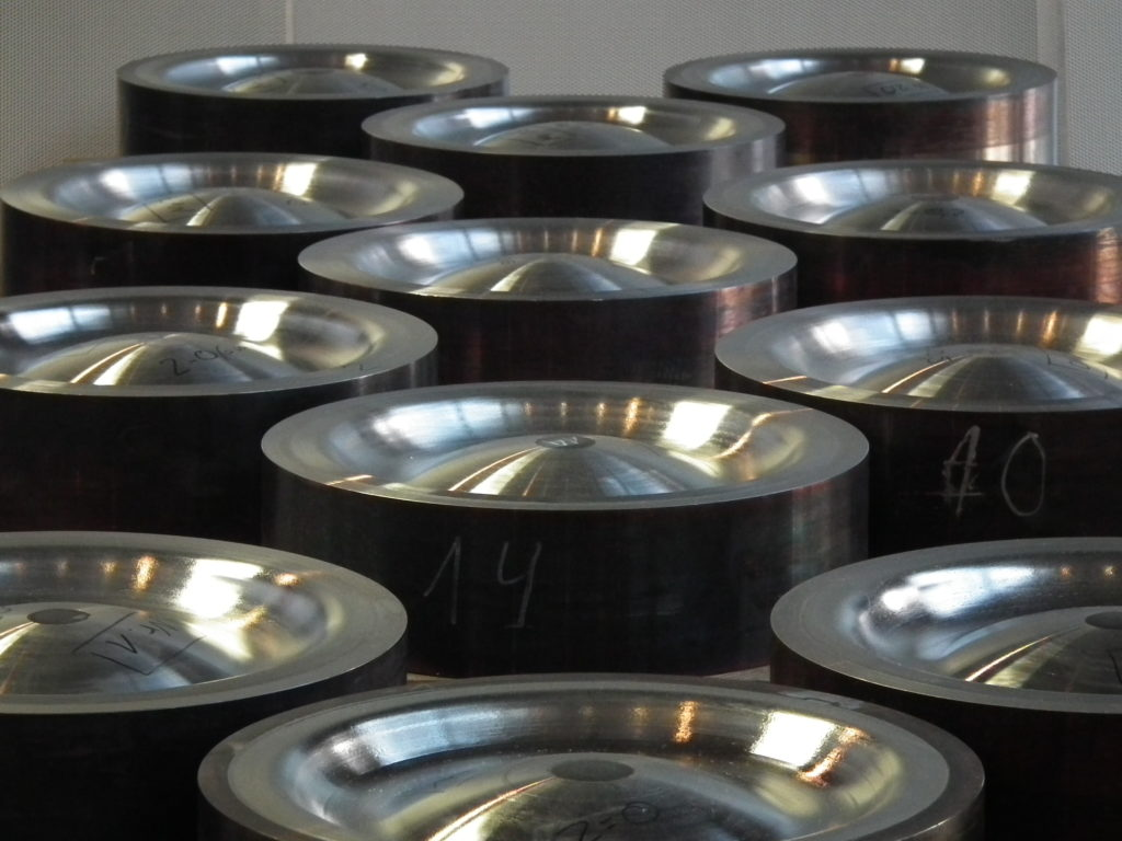 Armouring of piston tops